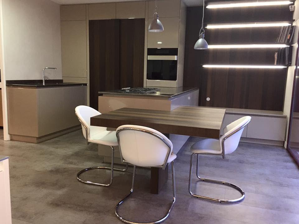 cuisine à ilot central avec table attenante au showroom groizeau - cuisine avec ilot central et table