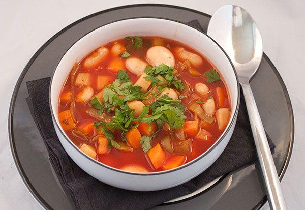 Tomatsuppen ½ liter grøntsagsbouillon 2 løg 2 fed hvidløg gulerødder i små tern selleri i små tern tynde skiver porrer 2 spsk olivenolie 1 dåse hakkede tomater 1 lille dåse tomatpuré 2 tsk chipotle…