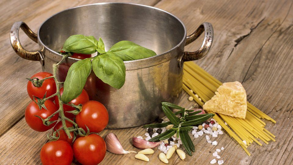 Nudeln und Soße in einem Topf kochen - Mit dem Kochtrend One-Pot-Pasta gelingen auch wenig geübten Hobby-Köchen herrliche Gerichte. Die Nudeln kommen hierbei mit allen anderen Zutaten in einen Topf.