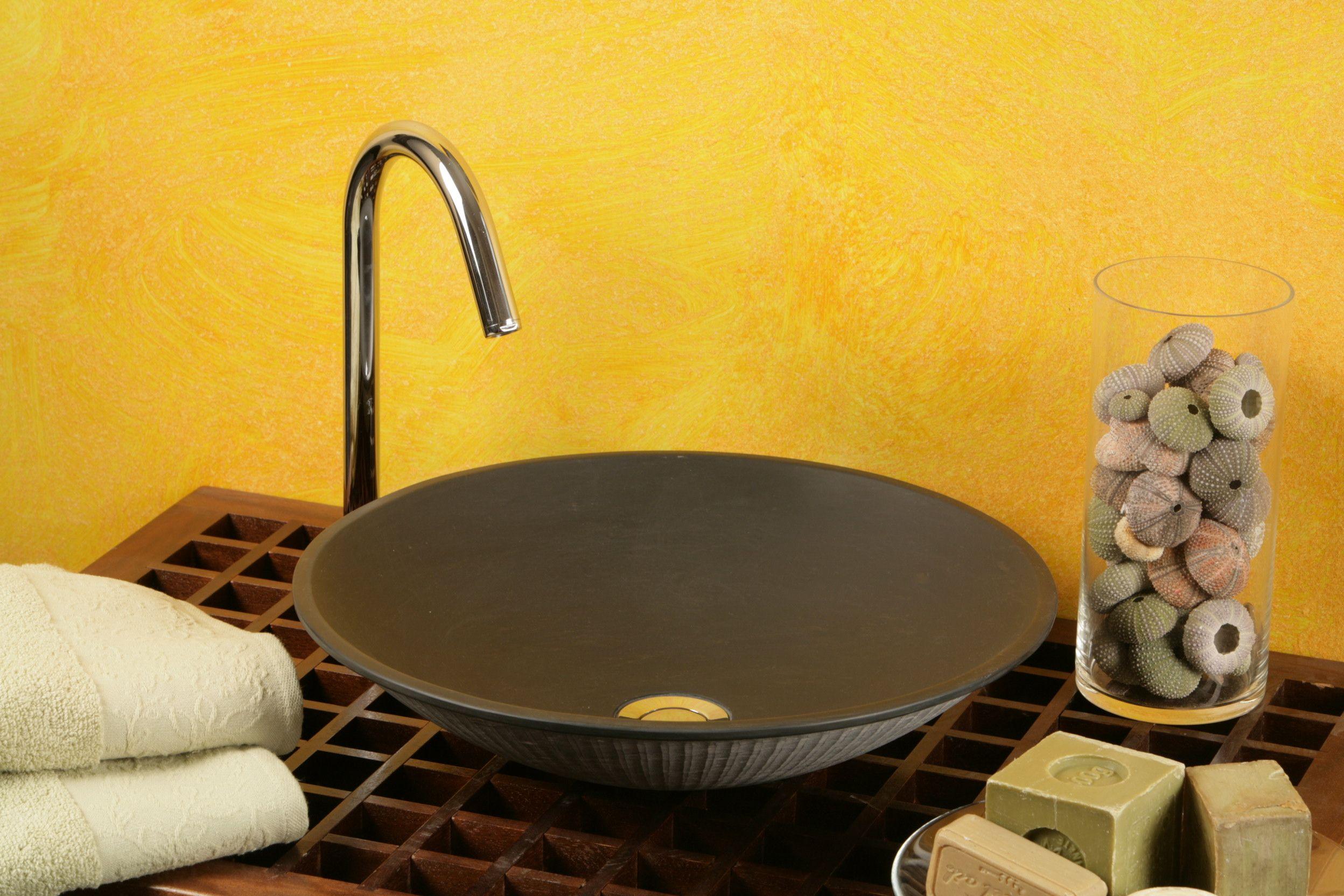Ciottola:  Lavabo in massello d'ardesia; finitura levigata dentro e grezza fuori. Trattamento protettivo, dimensioni cm. 50x50x12, peso kg. 10