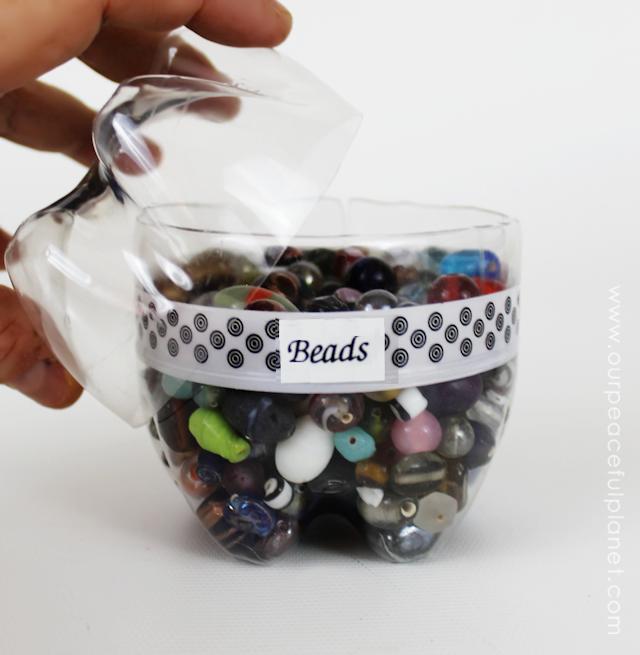 Organize-se com garrafas de plástico!  Você pode cortá-los, pintá-las e decorá-los para prender todos os tipos de coisas.  Que grande maneira de Upcycle!