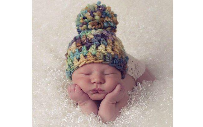 Touquinhas bem coloridas podem embelezar ensaios de fotos de recém-nascidos.  De luulla.. Foto  Pinter angoraonline 3a317564977
