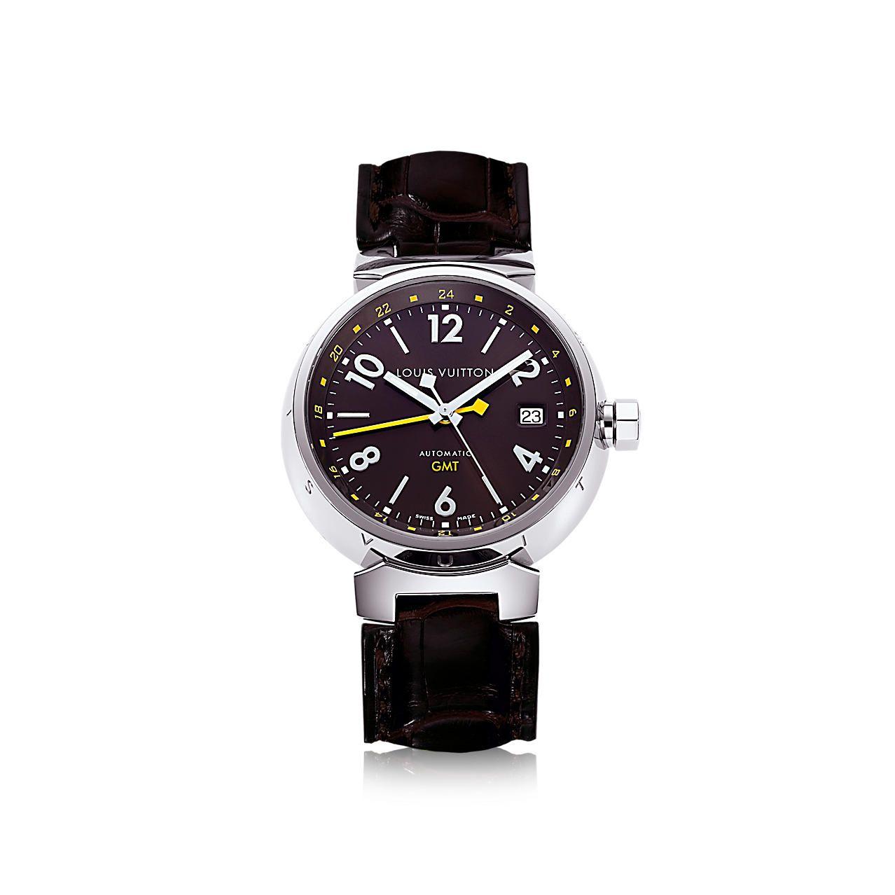 Descubra el Louis Vuitton Tambour automático GMT marrón, 39.5 mm  El reloj Tambour automático GMT, en un claro ejemplo de la pasión por los viajes de Louis Vuitton, muestra la hora en dos husos horarios.