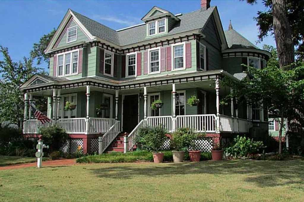 Spectacular Victorian Has Been Meticulously Renovated To Blend Modern Conveniences And Victorian Style Grand Stai Old House Dreams Old Houses Victorian Homes