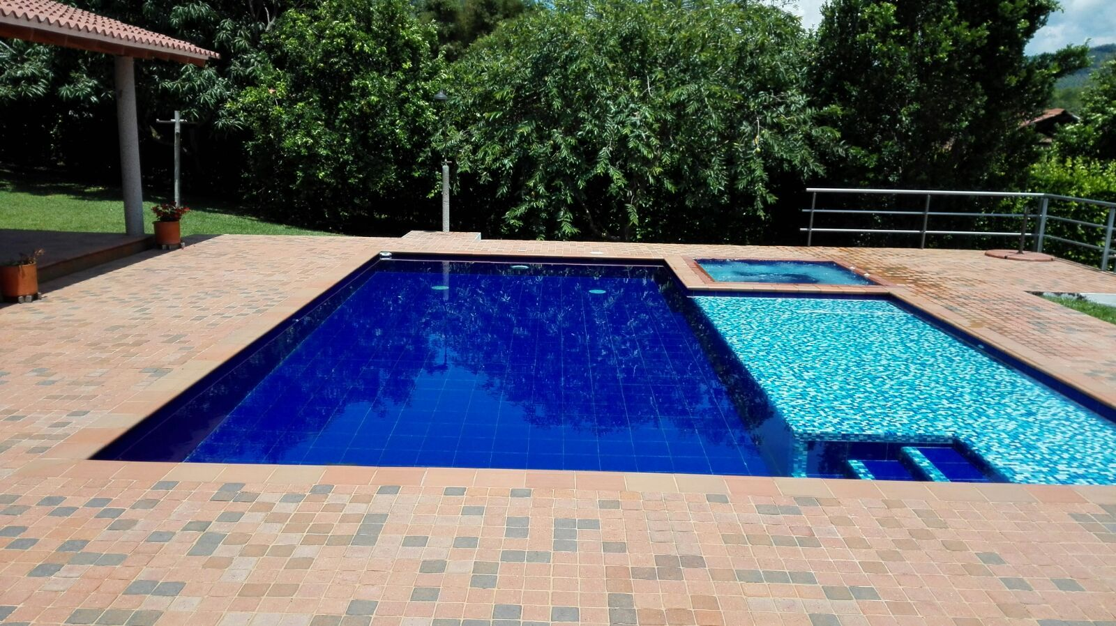 piscina con playa y jacuzzi