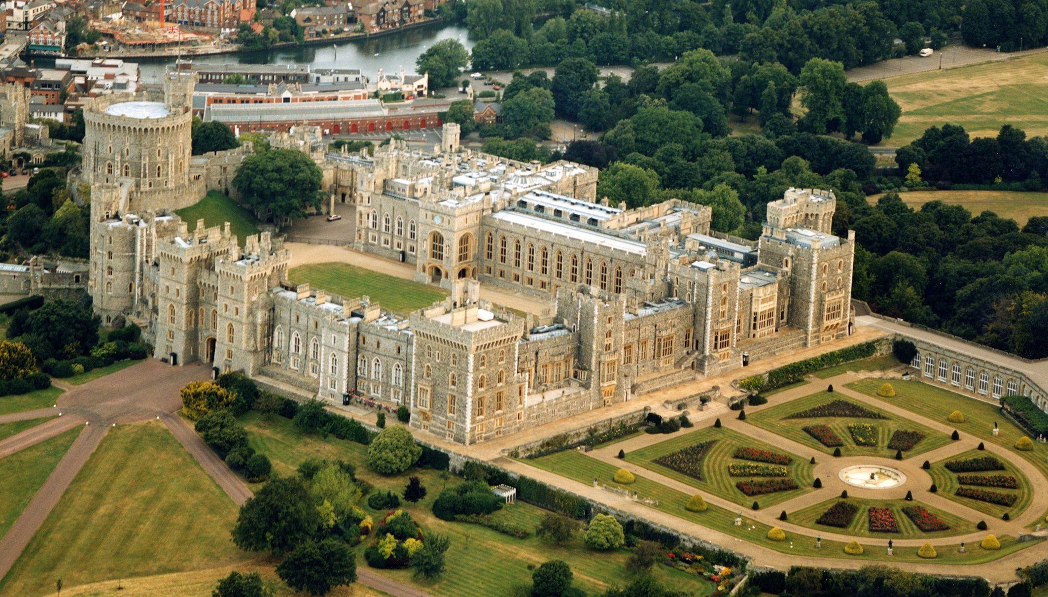 Top 10 Biggest Castles In History Castles In England Castle Windsor Castle