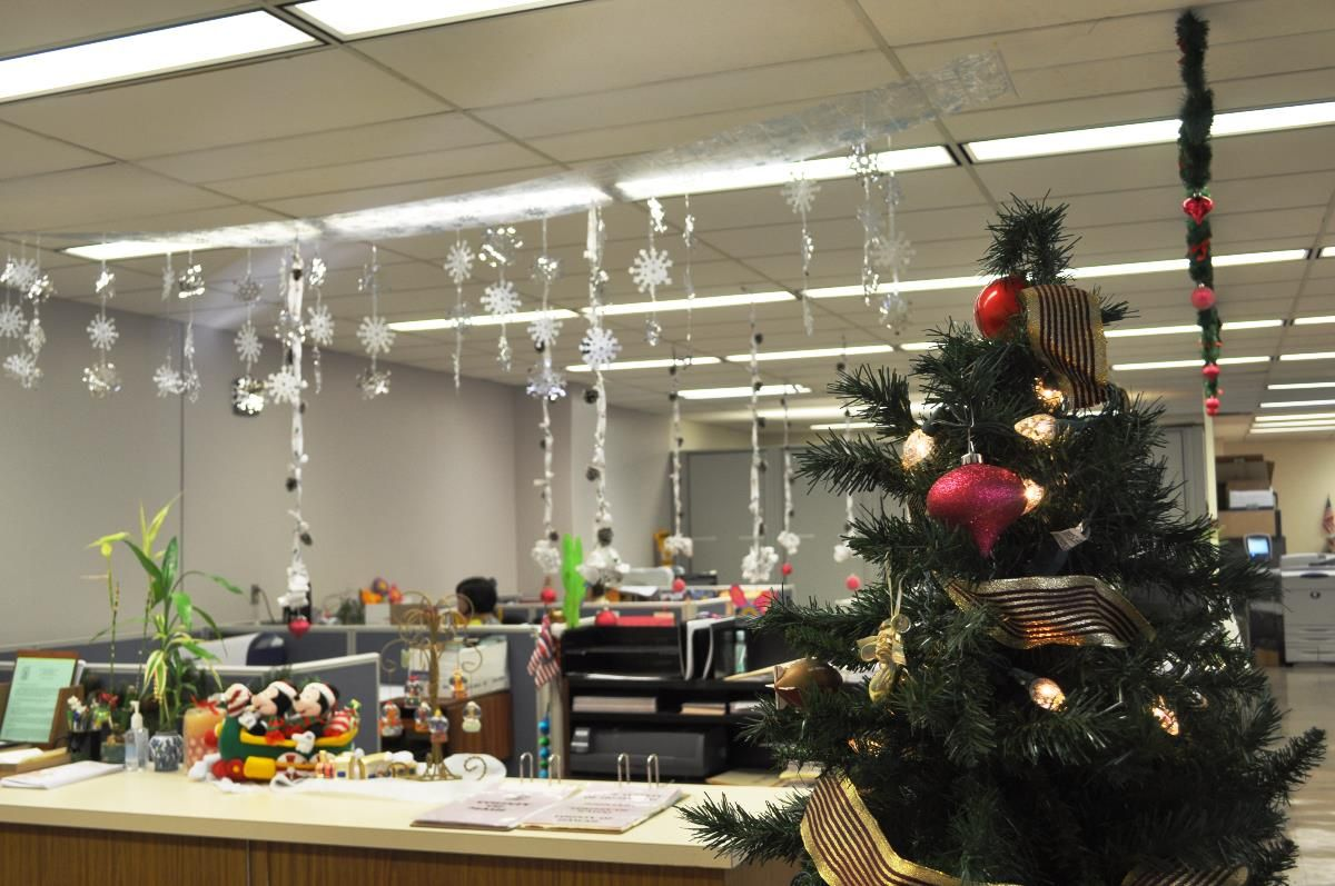 Cool Christmas Decorations For Office Office Christmas Decorations Christmas Themes Decorations Office Christmas Decorating Themes