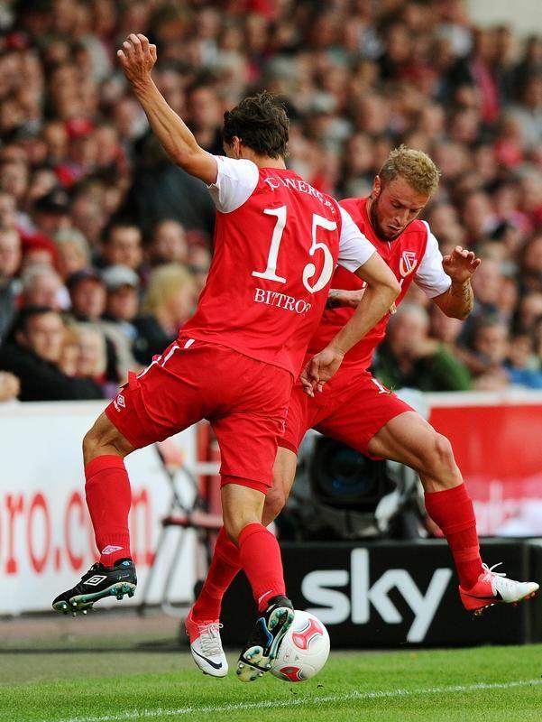 Kleines Tänzchen - Alexander Bittroff (l) und Daniel Adlung vom FC Energie Cottbus versuchen mit vereinten Kräften den Ball vor dem Aus zu bewahren. (Foto: Thomas Eisenhuth/dpa)
