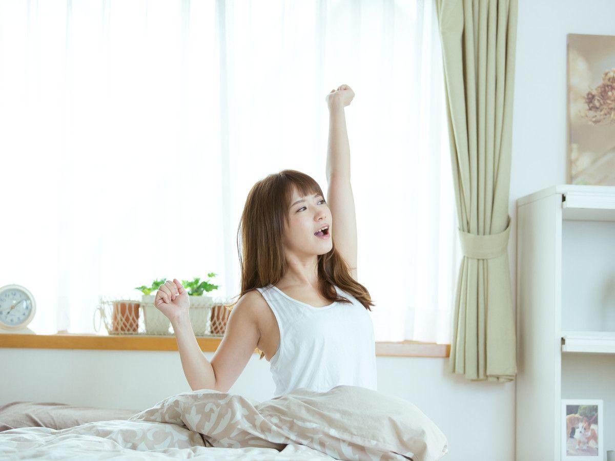 ギリギリに目覚めて大慌てで家を飛び出す毎日……でも、もう「たった5分」早起きをしてみませんか? その余裕を作るだけでダイエット効果に大きな差が出るとしたらうれしいですよね。明日から始められる、簡単な朝ダイエットの方法を紹介します!