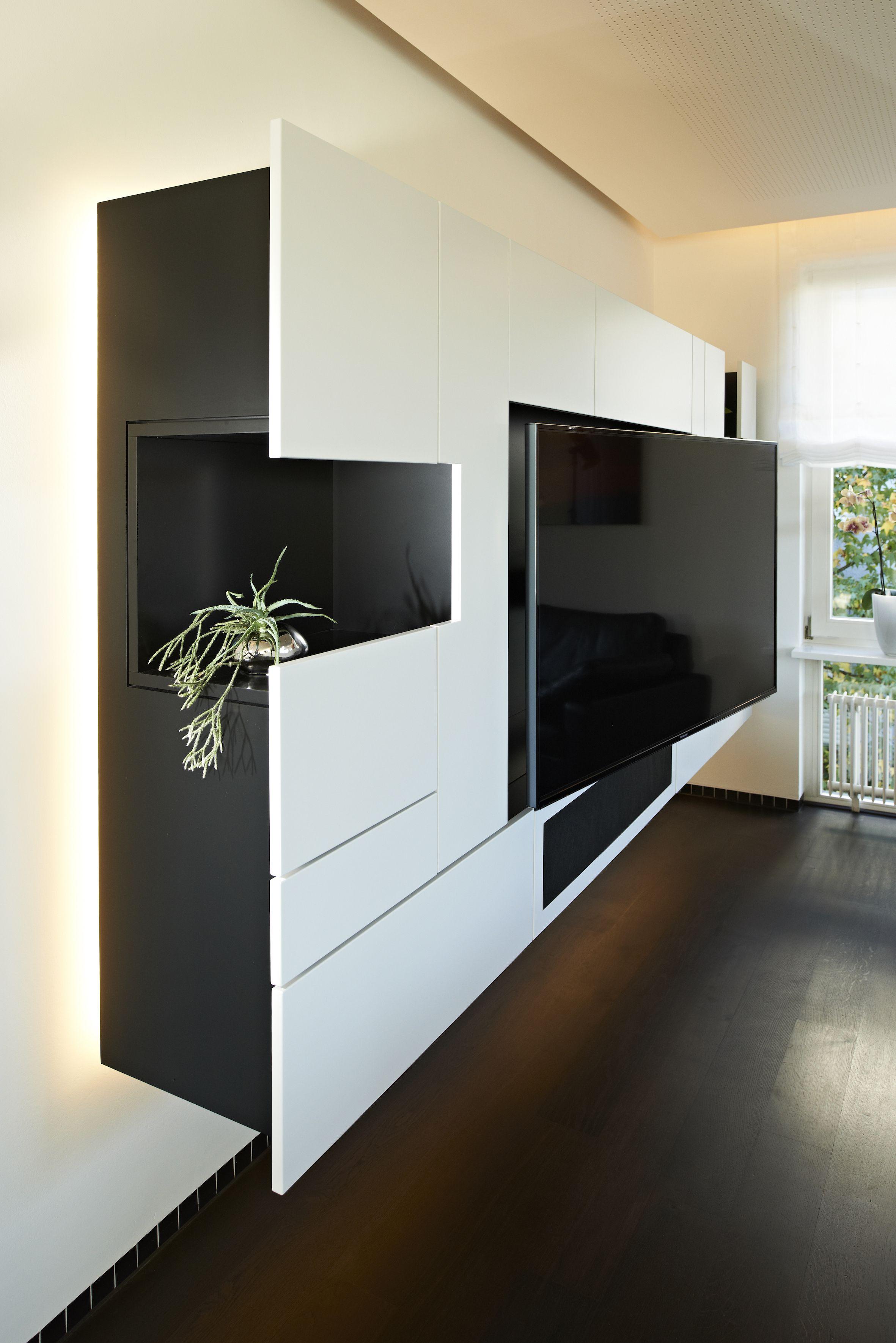 Das Tv Mobel Ist Wandhagend Montiert Und In Schwarz Weisser Lackierung Gefertigt Eine Indirekte Led Beleuchtung Sc Wohnzimmereinrichtung Wohnzimmer Flur Mobel