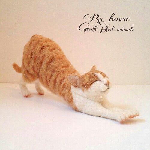 ご覧いただき誠にありがとうございます。羊毛フェルトで制作した 手のひらサイズの『 キジ猫』です.*ふにぁぁぁ~。とノビノビ 背伸び中のイメージで制作いたし...|ハンドメイド、手作り、手仕事品の通販・販売・購入ならCreema。