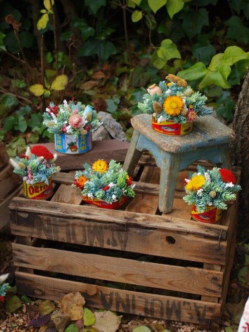 Latas de productos típicamente españoles, con flores secas y - flores secas