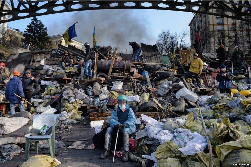 ЄвроМайдан  Kyiv   20-02-2014   --- Taking a rest of cleaning up the Maidan