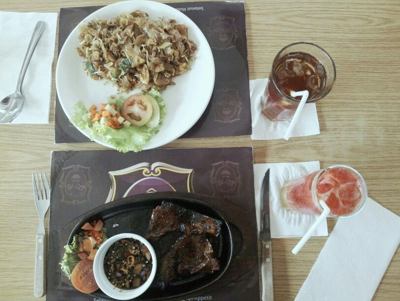 Having lunch on friday with delicious Be-qyu Limb Steak and Chicken Kwetiau, and also with fresh Strawberry Orange Soda and Sweet Ice Tea.