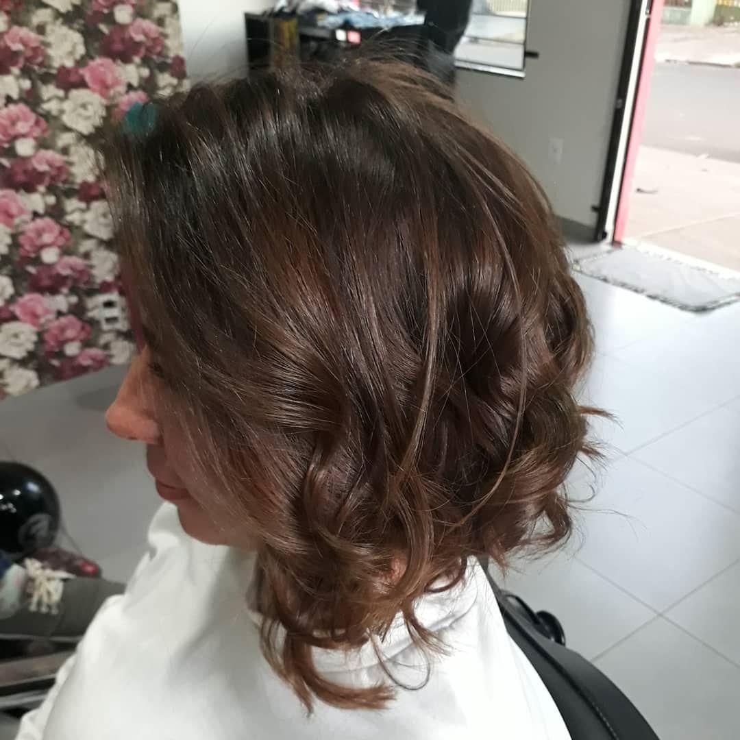 Krecony Bob Z Przedzialkiem Na Boku Hair Styles Long Hair Styles Hair