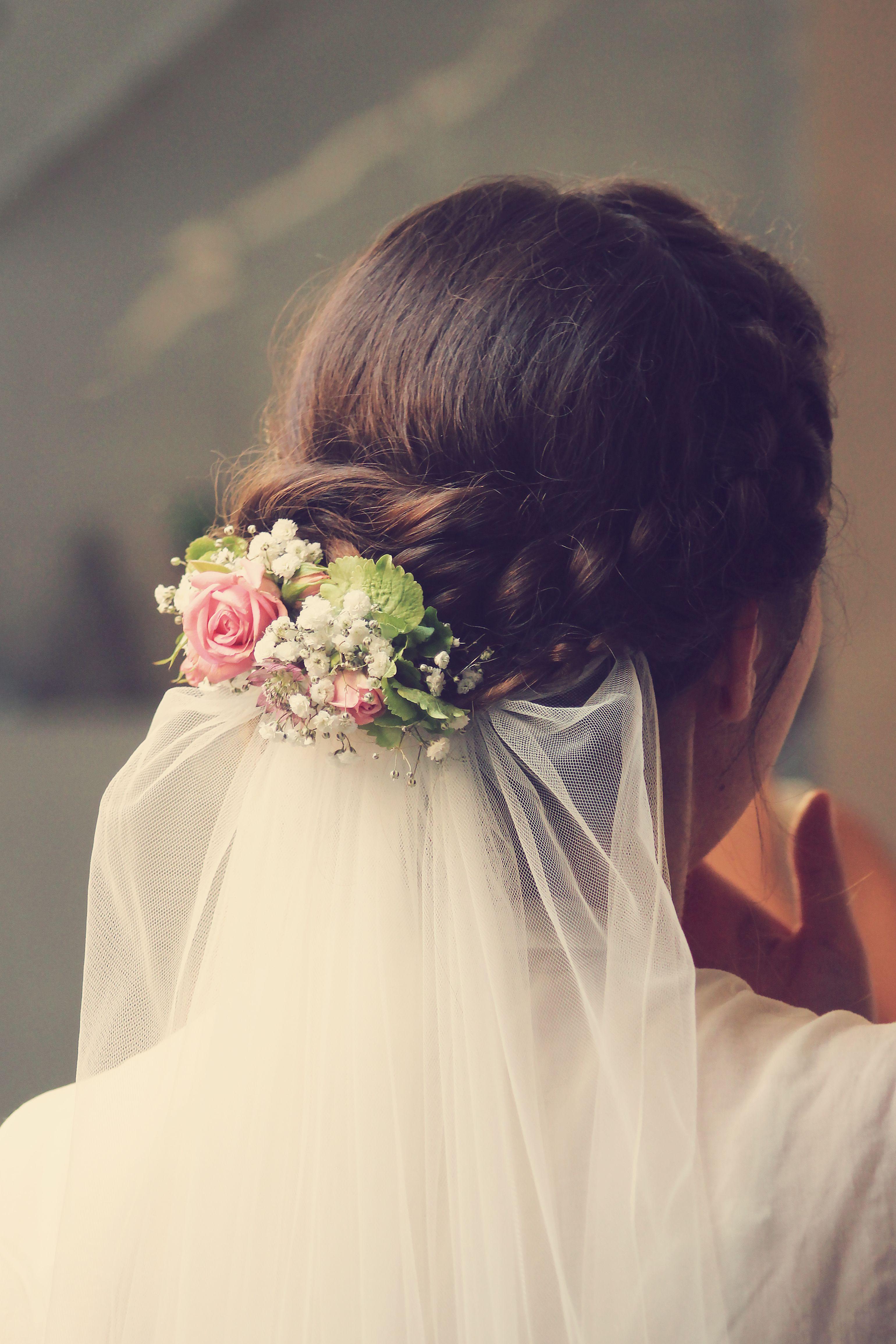 Brautfrisur Mit Blumen Und Schleier Ucesy Hochzeit