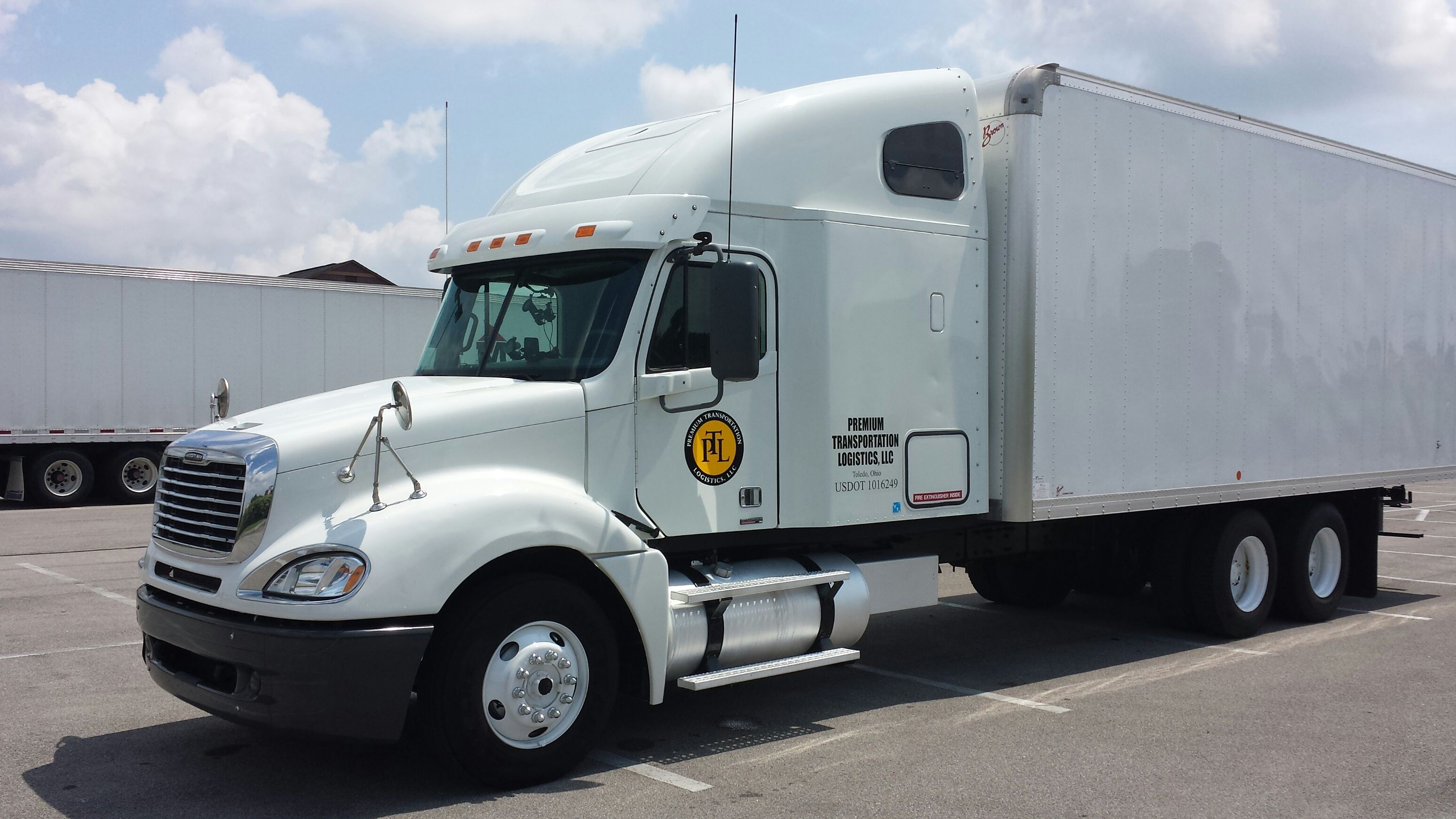 cascadia straight freightliner tractors semis for sleeper inventory truck axle sale with tandem