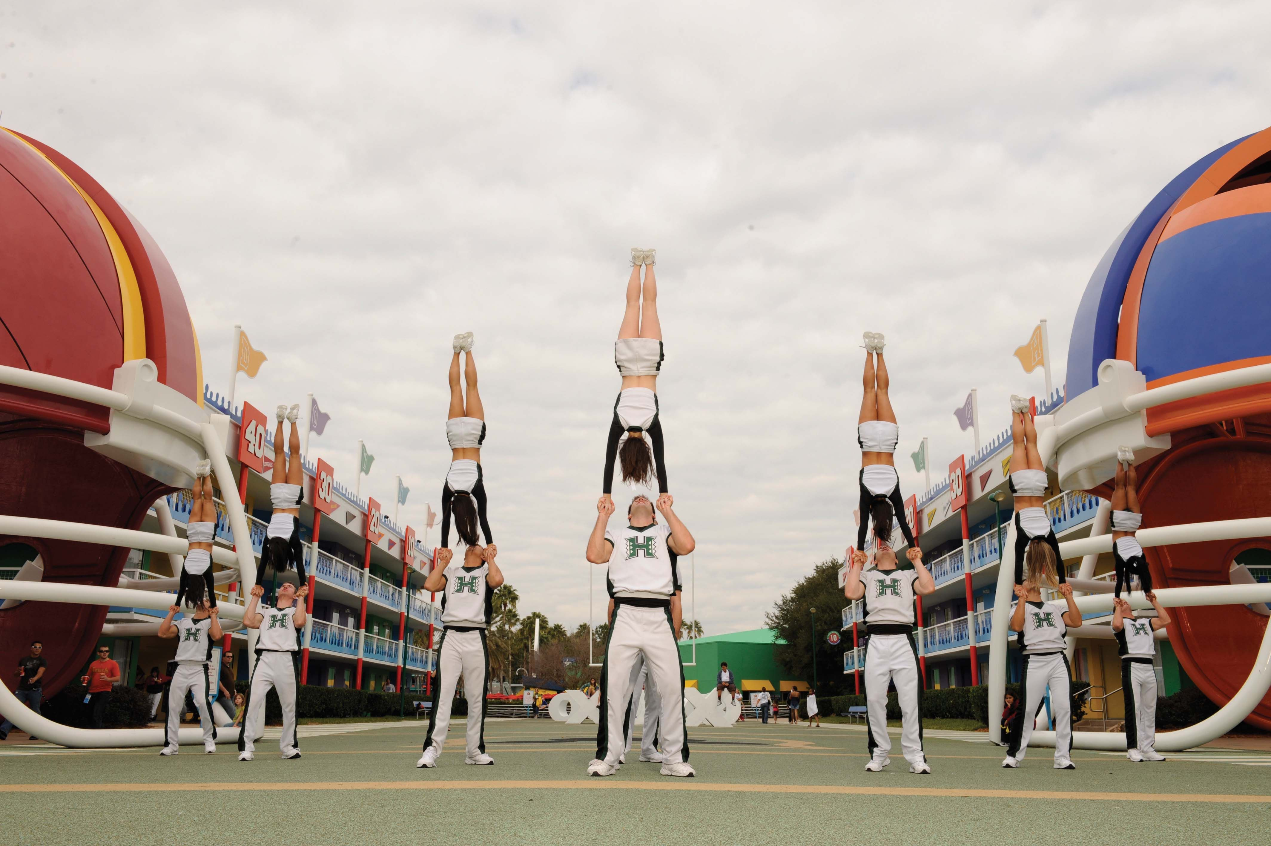 Awesome U Of H Handstand Stunts Cheerleading Stunt Cheerleading Mom Cheerleading