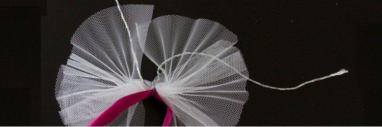 diy comment faire des noeuds en tulle pour les d cos de voiture pour un mariage simple. Black Bedroom Furniture Sets. Home Design Ideas