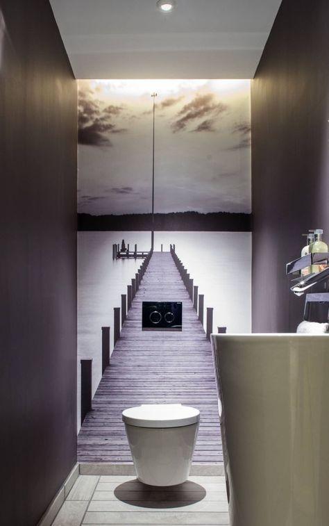Dans les salles d\u0027eau et les salles de bain modernes la toilette