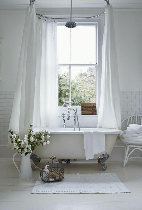 badezimmer großes fenster weiße fliesen badewanne vorhang