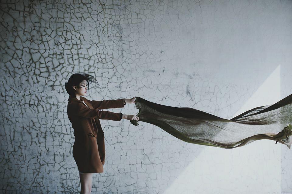 氛圍與姿勢、她手上的紗