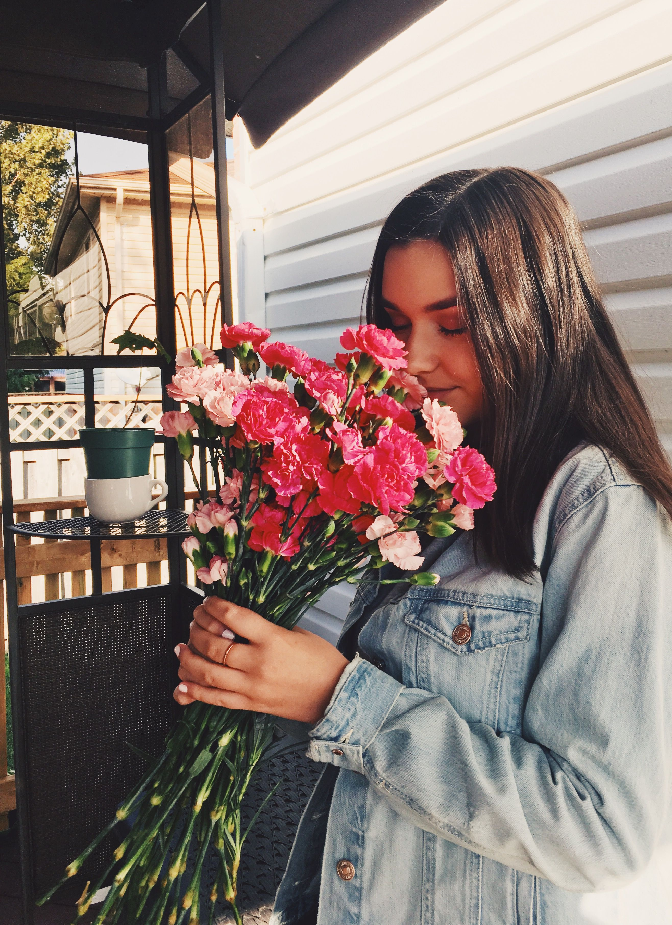 Брюнетка с цветами картинка