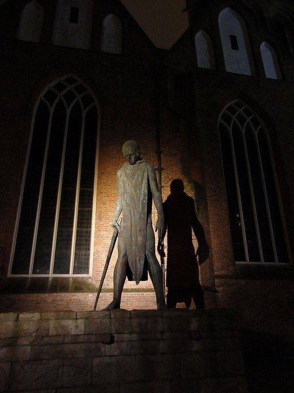 Sint-Joris en de draak is een provinciaal oorlogsmonument op het Martinikerkhof in Groningen