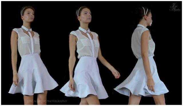 Camisa con corte en V en aletilla, falda circular corta de olanes.