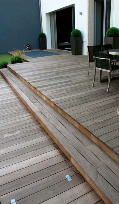 Lovely deck using change of direction of boards to mark shallow deep - construire sa terrasse bois