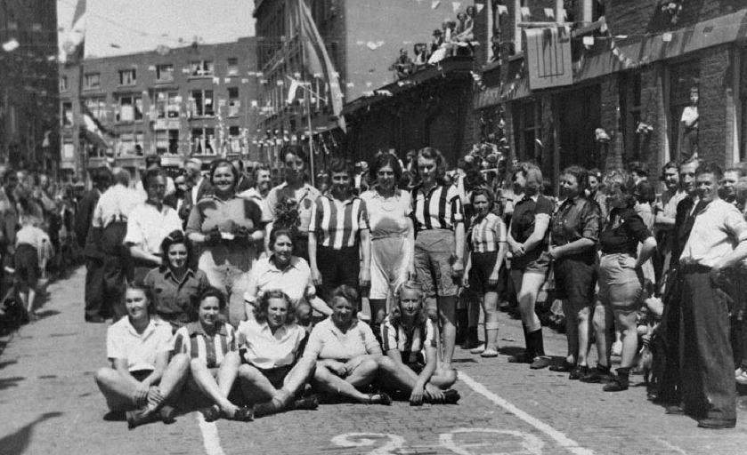 1945,Groepsfoto tijdens het bevrijdingsfeest in de Bruijnstraat, deel tussen de Gijsingstraat en de Rösener Manzstraat