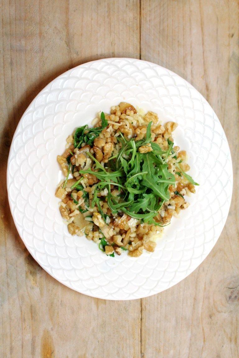 Deze salade met parelcouscous met champignons, rucola en walnoten is ook heerlijk romig door de toevoeging van romige gruyère!