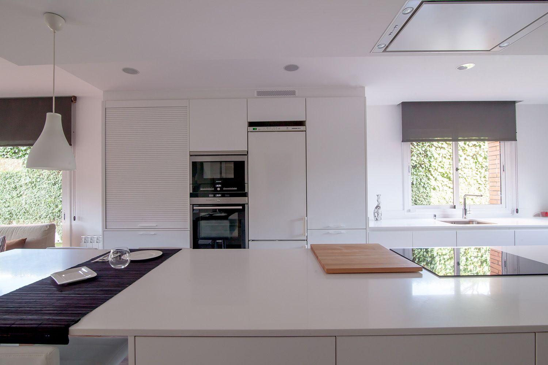 SANTOS kitchen | Una cocina blanca con isla abierta al salón, nuevo ...