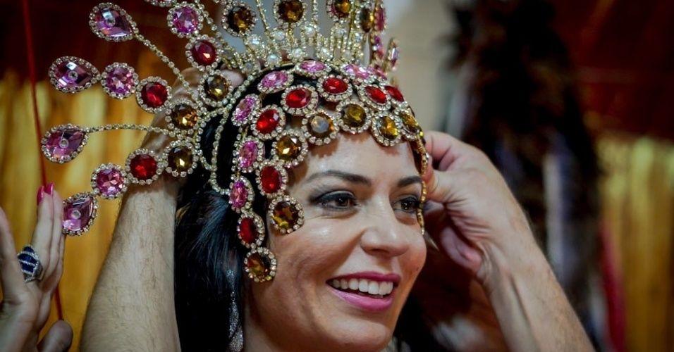 """Cozete Gomes, do """"Mulheres Ricas"""", faz prova de sua fantasia para o Carnaval - BOL Fotos"""