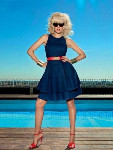8c0edfdc43321 vestido azul marino con cinturón rojo