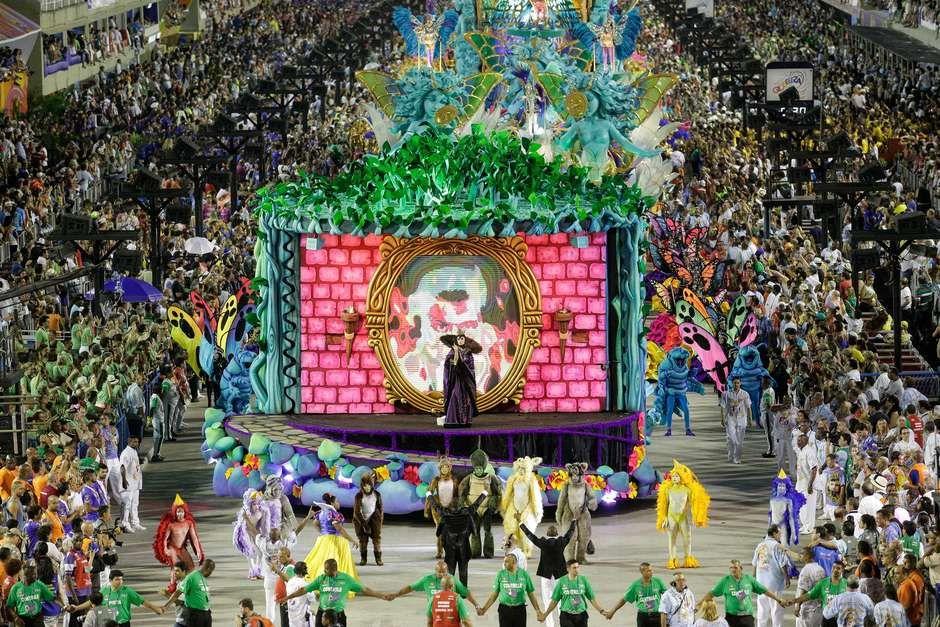União da Ilha levou para a Sapucaí um desfile irreverente que criticou os padrões de beleza: ao lado das tradicionais musas que circularam pela avenida, destacaram-se