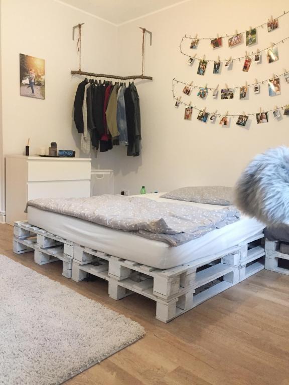 Tolles 1WGZimmer mit Palettenbett und DIYKleiderstange