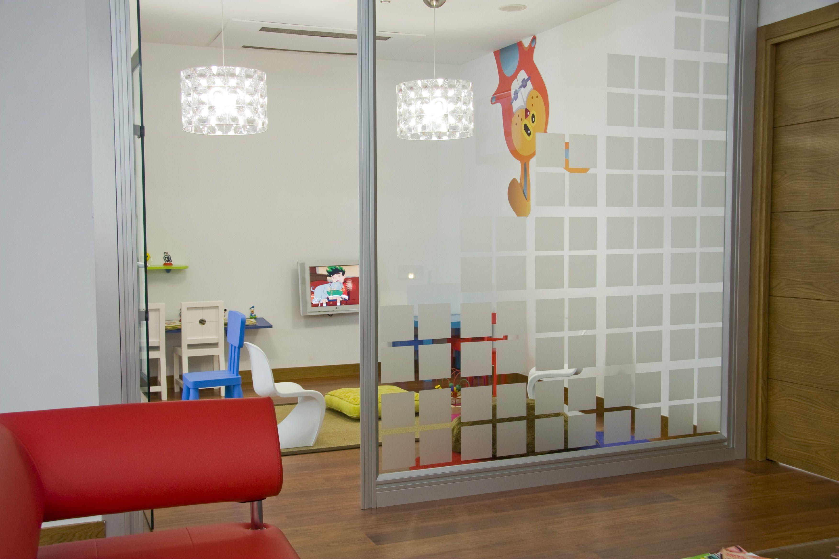 Sala de espera ni os centro dental mac a cl nica dental for Decoracion clinicas dentales