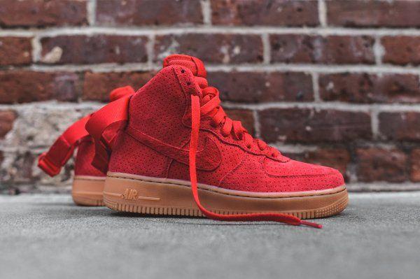 Découvrez la Nike Air Force 1 High Suede Red Gum, une basket montante pour  femme en daim perforé rouge avec une semelle en gomme.
