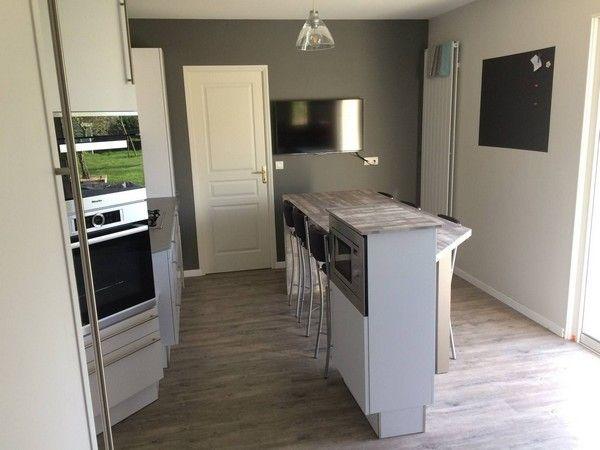cuisine avec deux espaces fonctionnels meubles finition blanc mat avec poign es longues plan. Black Bedroom Furniture Sets. Home Design Ideas