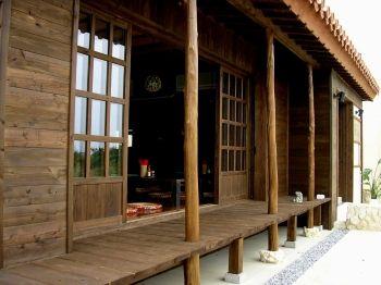 赤瓦 漆喰シーサー 縁側等古くから沖縄に伝わる琉球家屋を再現した