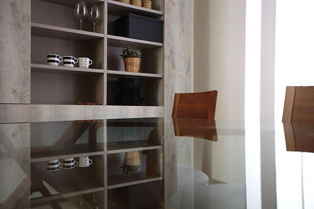 Luminosa zona pranzo arredata con mobili fatti su misura dagli artigiani della falegnameria Semprelegno. #falegnameria #Semprelegno #arredamenti #arredo #mobili #sumisura #arredocasa #ispirazionearredo #zonapranzo #tavolo #credenza #design #furniture #custom #bespoke #designfurniture #interior #interiordesign #homedecor #homedecorating #interiors #decorinspiration #madeinitaly #instadecor #photooftheday #italianfurniture #diningroom  #diningroomfurniture