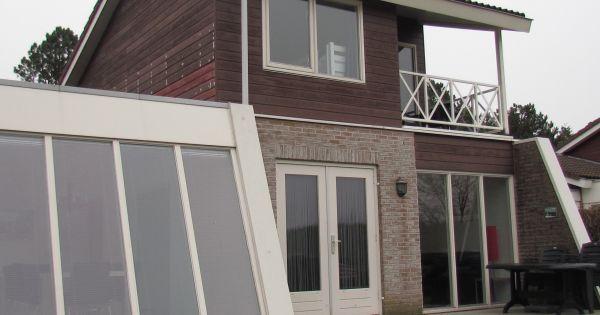 Mindervalide begane grond woonkamer met flatscreen televisie