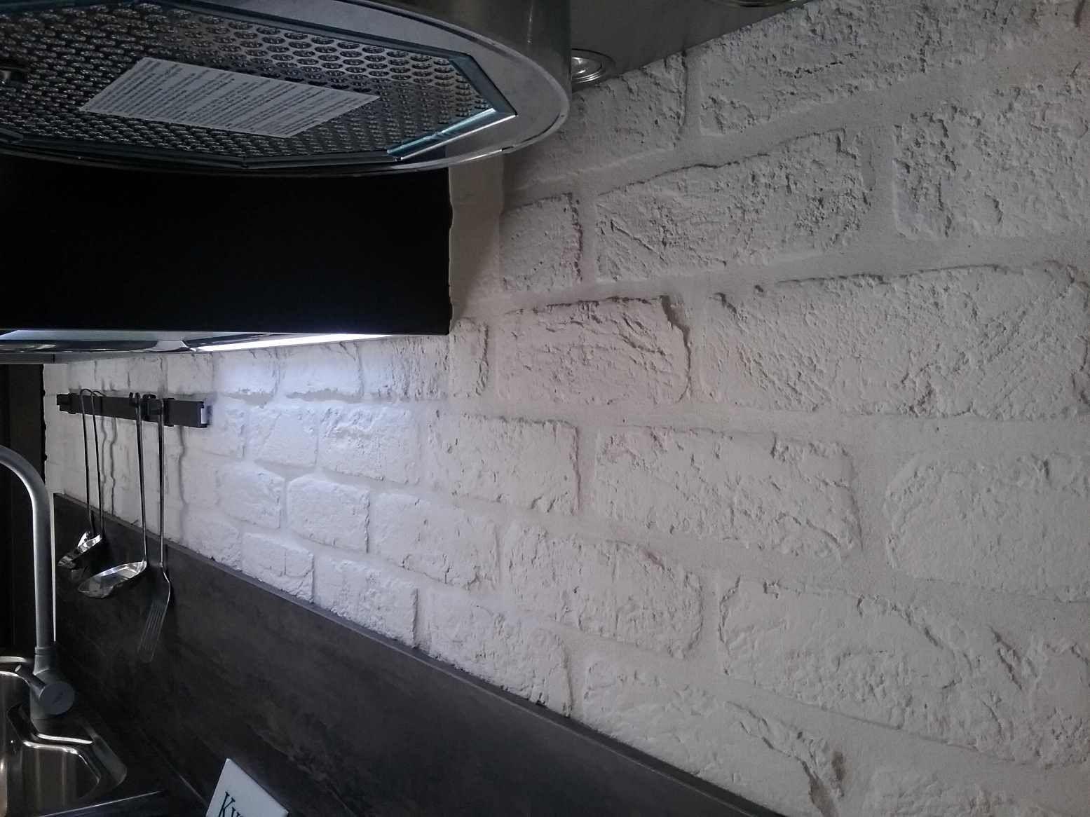 Una cucina rivestita con mattone bianco white brick in kitchen
