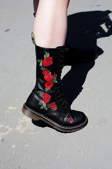 Red rose embroidered Doc Martens … | Chaussures doc martens