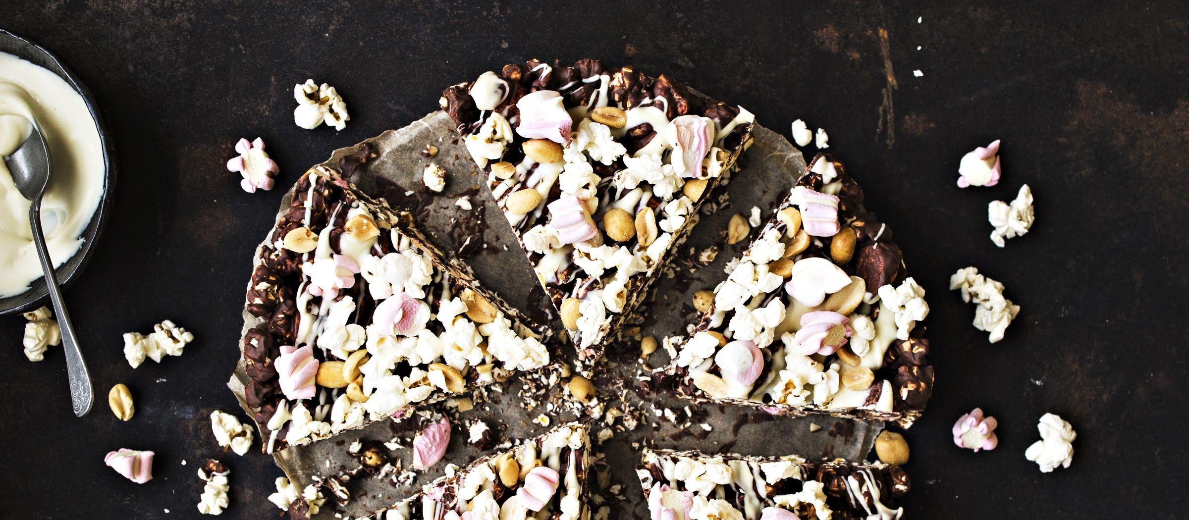 Pizzan mallinen rocky road yhdistää suolaisia pähkinöitä ja popcorneja makeaan suklaaseen ja vaahtokarkkeihin. Vastustamaton herkku on helppo valmistaa. Noin 4,45€/kpl.