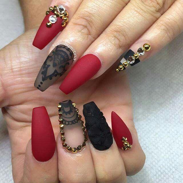 Uñas rojas con negro y dorado