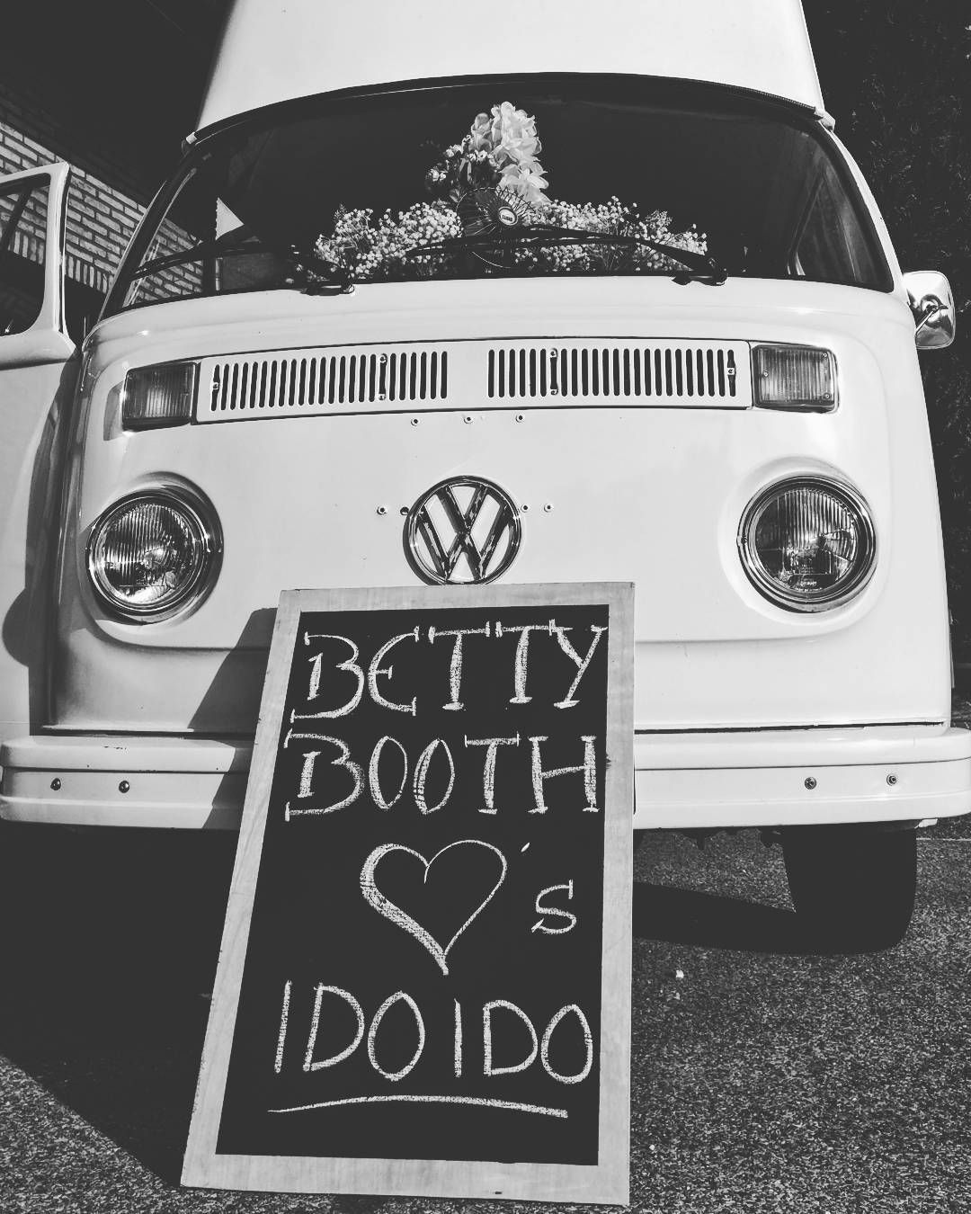 Nog efkes geduld!  @idoido.be  #wedding #iktrouwbelgisch #engagement #idoido #belgium #weddingphotographer #fuji #bnw #demodernetrouwbeurs #weddingplanner #eventplanner #fujixt1 #fujixt10 #vsco #fearlessphotographer #fearlessphotographers #weddingphotography #bridal #fujixseries #bridebusiness #weddings #flowers #weddinginspiration #fashion #flowergirl #buslife #t2 #volkswagen #vw
