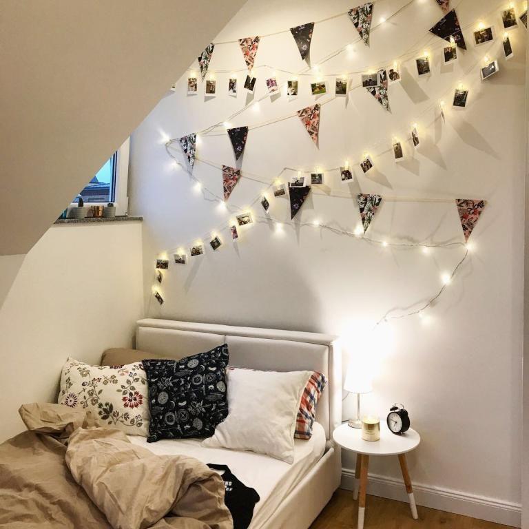 GroB Schlafbereich Mit Lichterkette Und Bildern Schön Dekoriert. #WG #Zimmer  #Schlafzimmer #Einrichtung