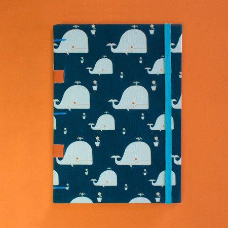 A cachalote e o vaso de petúnias - O caderno perfeito para você levar na bolsa para anotar as suas ideias mais mirabolantes onde quer que elas apareçam. Com papel Markatto 120g/m2, o caderno pode ser usado para técnicas artísticas secas e molhadas desde que use pouca água. <3